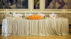 Härlig bröllopgarnering i apelsin på den romantiska fläcken Royaltyfri Bild
