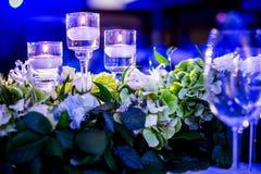Härlig bröllopgarnering i lilor Arkivfoton