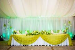 Härlig bröllopgarnering i vit och gräsplan på den romantiska fläcken Arkivbilder
