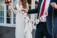 Härlig bröllopinskrift som att gifta sig precis Närbildskönhetplakat Brud- och brudgumtillbehör Detaljer för förbindelse Royaltyfri Fotografi