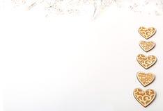 Härlig bröllopjul eller valentin tänder med pärlor och lantliga trähjärtor för tappning Royaltyfri Bild