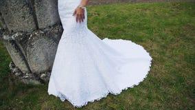 Härlig bröllopsklänning på en flicka med ett älskvärt arkivfilmer