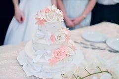 Härlig bröllopstårta för brud och brudgum inomhus Arkivbild