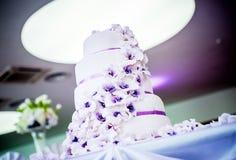 Härlig bröllopstårta i lilor Arkivbilder
