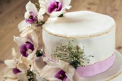 Härlig bröllopstårta med blommor, slut upp av kakan med blurr Arkivbild