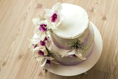 Härlig bröllopstårta med blommor, slut upp av kakan med blurr Arkivfoton