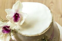 Härlig bröllopstårta med blommor, slut upp av kakan med blurr Royaltyfri Bild