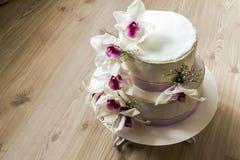 Härlig bröllopstårta med blommor, slut upp av kakan med blurr Royaltyfri Fotografi