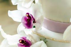 Härlig bröllopstårta med blommor, slut upp av kakan med blurr Royaltyfria Bilder