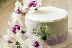 Härlig bröllopstårta med blommor, slut upp av kakan med blurr Fotografering för Bildbyråer