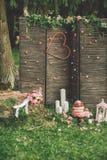 Härlig bröllopstårta med blommor, stearinljus och garneringar utomhus royaltyfria bilder