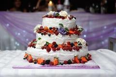 Härlig bröllopstårta med frukter fotografering för bildbyråer