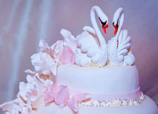Härlig bröllopstårta med svanar Arkivfoto