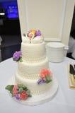 Härlig bröllopstårta med svanar arkivbilder