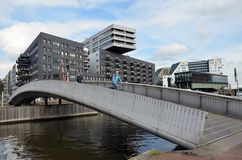 Härlig bro över en vattenkanal i Amsterdam Arkivfoto