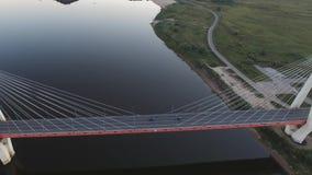 Härlig bro över floden Bron på kablarna är vägen stock video