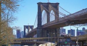 Härlig Brooklyn bro - sikt från Manhattan MANHATTAN - NEW YORK - APRIL 1, 2017 Arkivfoto