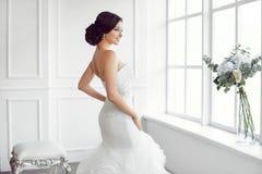 härlig brud Begrepp för klänning för mode för bröllopfrisyrsmink lyxigt Royaltyfri Fotografi
