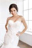 härlig brud Begrepp för klänning för mode för bröllopfrisyrsmink lyxigt Fotografering för Bildbyråer