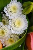 Härlig brud- bukett av liljor och rosor på brölloppartiet Royaltyfria Foton