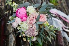 Härlig brud- bukett som ligger på stenarna En bukett för ceremonin för bröllop för flicka` s härliga delikata blommor Arkivfoto