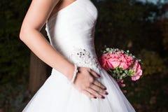 Härlig brud i bröllopsklänning arkivbilder