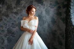 Härlig brud i bröllopsklänning, härligt smink och utforma arkivfoto