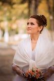Härlig brud i bröllopsklänning och brud- bukett, lycklig nygift personkvinna med bröllopblommor, kvinna med bröllopmakeup och hår Royaltyfria Bilder