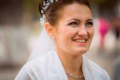 Härlig brud i bröllopsklänning och brud- bukett, lycklig nygift personkvinna med bröllopblommor, kvinna med bröllopmakeup och hår Fotografering för Bildbyråer