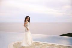 Härlig brud i bröllopsklänningen, utomhus- stående Brunettele Arkivbilder