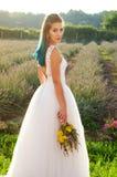 Härlig brud i den utomhus- bröllopsklänningen Royaltyfri Fotografi