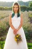Härlig brud i den utomhus- bröllopsklänningen Royaltyfria Foton