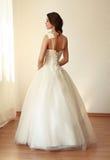 Härlig brud i den vita bröllopsklänningmariagen Fotografering för Bildbyråer