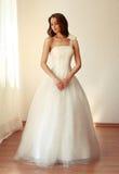 Härlig brud i den vita bröllopsklänningmariagen Arkivfoton