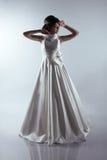 Härlig brud i elegant bröllopsklänning Arkivbilder