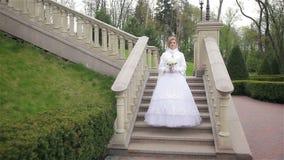Härlig brud i posera för bröllopsklänning lager videofilmer