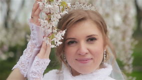 Härlig brud i posera för bröllopsklänning stock video