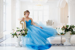 Härlig brud i ursnygg blåttklänningCinderella stil Arkivfoton