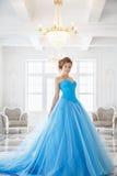 Härlig brud i ursnygg blåttklänningCinderella stil Fotografering för Bildbyråer
