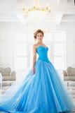 Härlig brud i ursnygg blåttklänningCinderella stil Royaltyfria Bilder