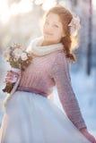 Härlig brud i vinterskog royaltyfri bild