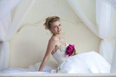 Härlig brud i vitbröllopsklänning royaltyfri foto