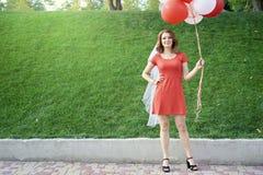 Härlig brud med ballonger i parkera arkivbild