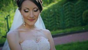 Härlig brud med bröllopbuketten lager videofilmer