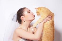 Härlig brud med den röda katten Fotografering för Bildbyråer