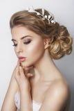 Härlig brud med modebröllopfrisyren - på vit bakgrund Royaltyfri Foto