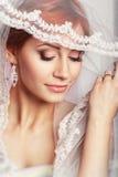 Härlig brud med modebröllopfrisyren - på vit bakgrund Closeupstående av den unga ursnygga bruden bröllop Studiosho Royaltyfri Fotografi