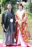 Härlig brud och brudgum som bär den traditionella japanska bröllopsklänningen i Kyoto Japan royaltyfri foto