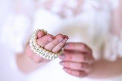 Härlig brud som bär pärlemorfärg örhängen och armbandet Arkivbilder