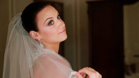 Härlig brud som förbereder sig för bröllopceremoni arkivfilmer